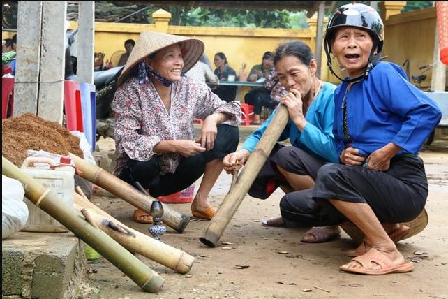 vietnamese women smoking tobaco pipe