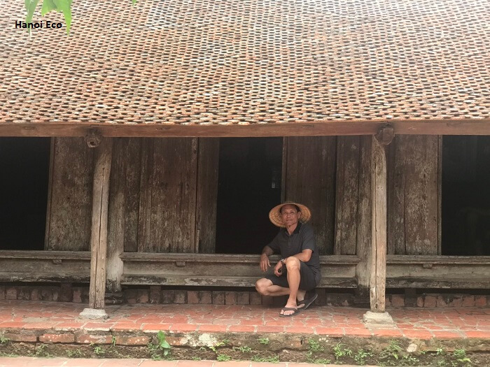 tourist at the ancient house duong lam