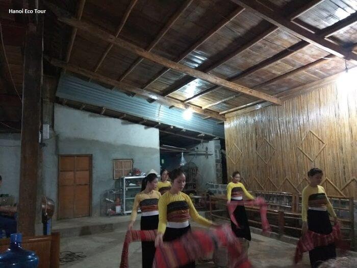 Thai dance performance in Mai Chau