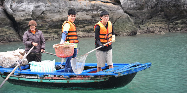 collecting-rubbish-in-halong-bay